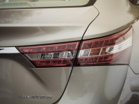 2013-toyota-avalon-limited-taillight-and-badge