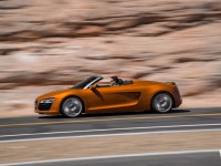 2014-Audi-R8-Spyder-side-in-motion