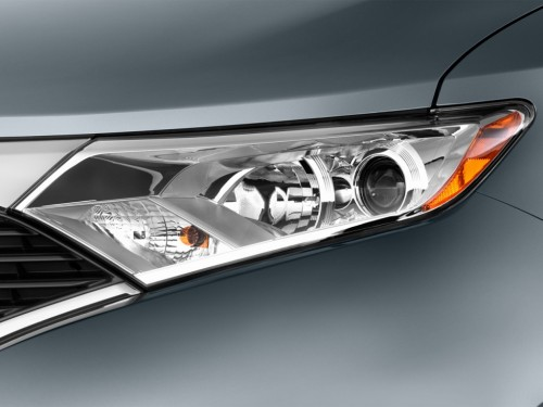 2014 Nissan Quest headlight