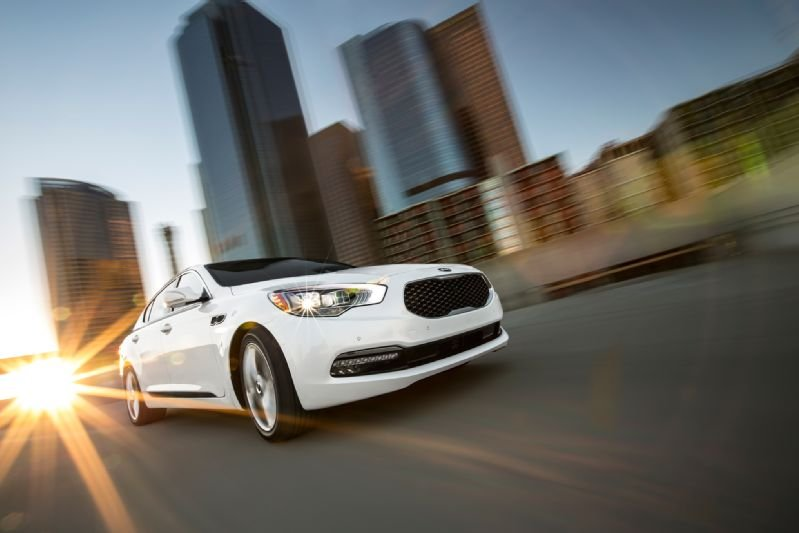 http://www.pedal.ir/wp-content/uploads/2015-Kia-K900-front-three-quarter-in-motion.jpg