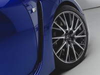 lexus-rc-f-fender-badge-and-wheel