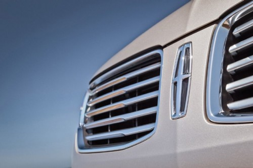 2015-lincoln-mkc-grille-and-badge