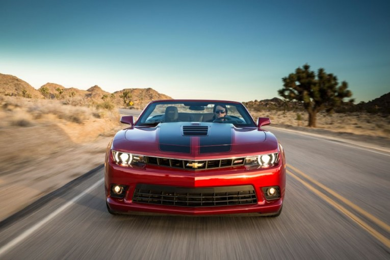 2014-chevrolet-camaro-ss-convertible-front-end-in-motion-03