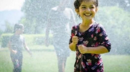 عکس منتشر شده از آبپاشی بر روی کودک پناهجوی سوریه در اتریش