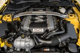 2016-Ford-Mustang-GT-engine-02