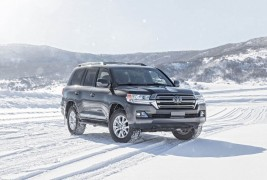 2016-Toyota-Land-Cruiser-front-three-quarters