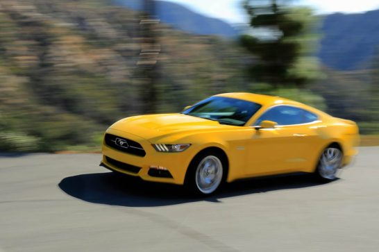 2015-Ford-Mustang-GT-side-in-motion-02