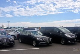 Toyota_Crown_Royal-Toyota_Alphard-Japanese-street_scene-2015