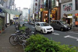 Toyota_Will_Cypha-Nissan_NV200-Japanese-street_scene-2015