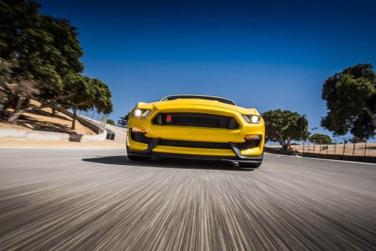 2016-Ford-Mustang-Shelby-GT350R-front-end-in-motion
