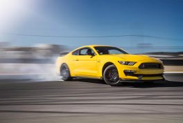 2016-Ford-Mustang-Shelby-GT350R-front-three-quarters-drift