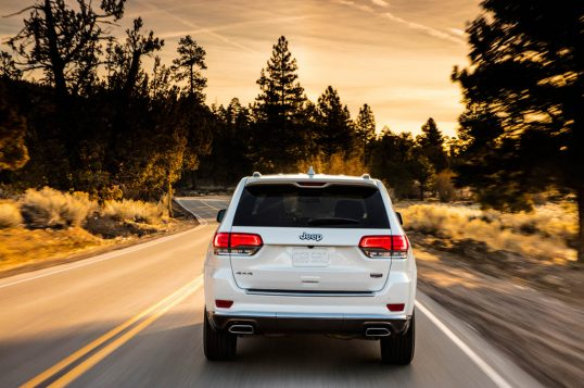 2017-jeep-grand-cherokee-summit-rear-end-in-motion