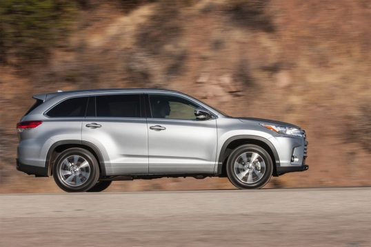 2017-toyota-highlander-xle-awd-side-profile-in-motion-02