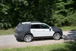 volkswagen-midsize-suv-prototype-side-profile-in-motion-03