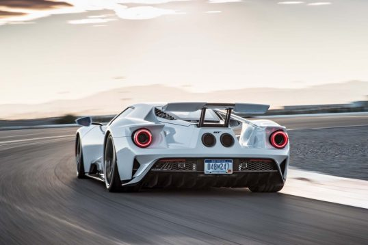 2017-ford-gt-rear-end-in-motion