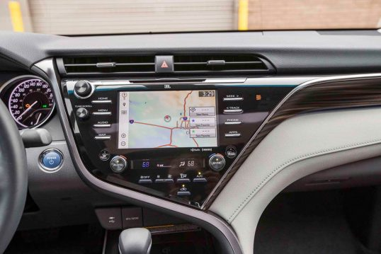 2018-toyota-camry-hybrid-xle-center-stack-screen