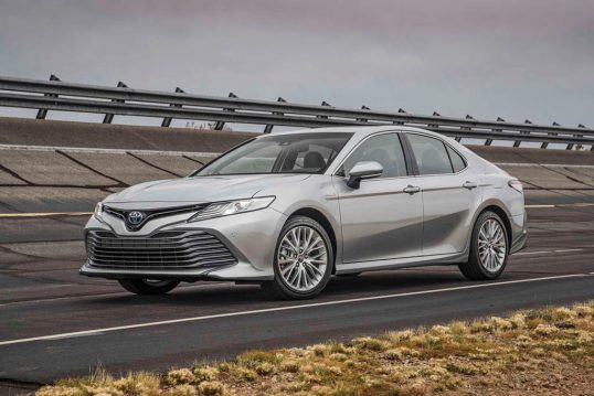 2018-toyota-camry-hybrid-xle-front-three-quarters