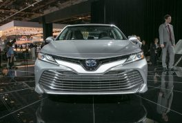 2018-toyota-camry-xle-hybrid-front-end
