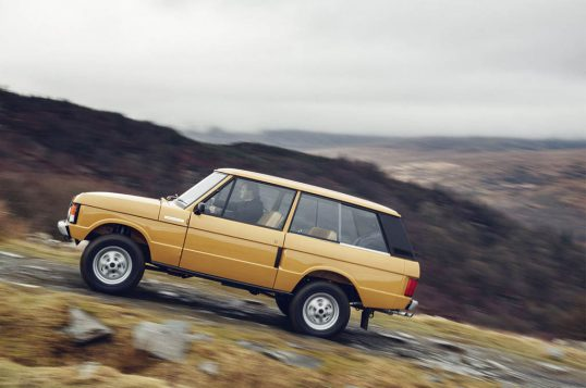 1978-range-rover-three-door-restored-side-in-motion