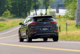 2017-hyundai-tucson-rear-three-quarter-in-motion-01
