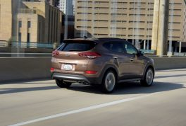 2017-hyundai-tucson-rear-three-quarter-in-motion-04