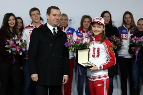 دیمیتری مدودف در کنار Julia Lipnitskaia قهرمان 15 ساله روسی در رشته اسکیت روی یخ.