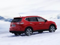 Nissan-X-Trail-red-ice-rear